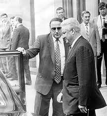 Александр Коржаков открывает дверь автомобиля Бориса Ельцина