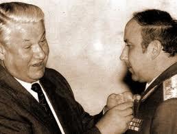 Борис Ельцин награждает Александра Коржакова